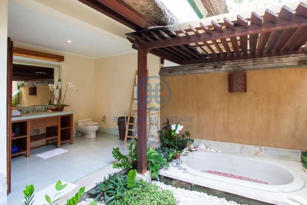4 bedrooms villa beach front cemagi for sale rent 12
