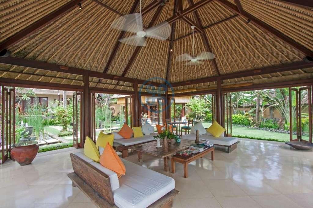 4 bedrooms villa beach front cemagi for sale rent 17