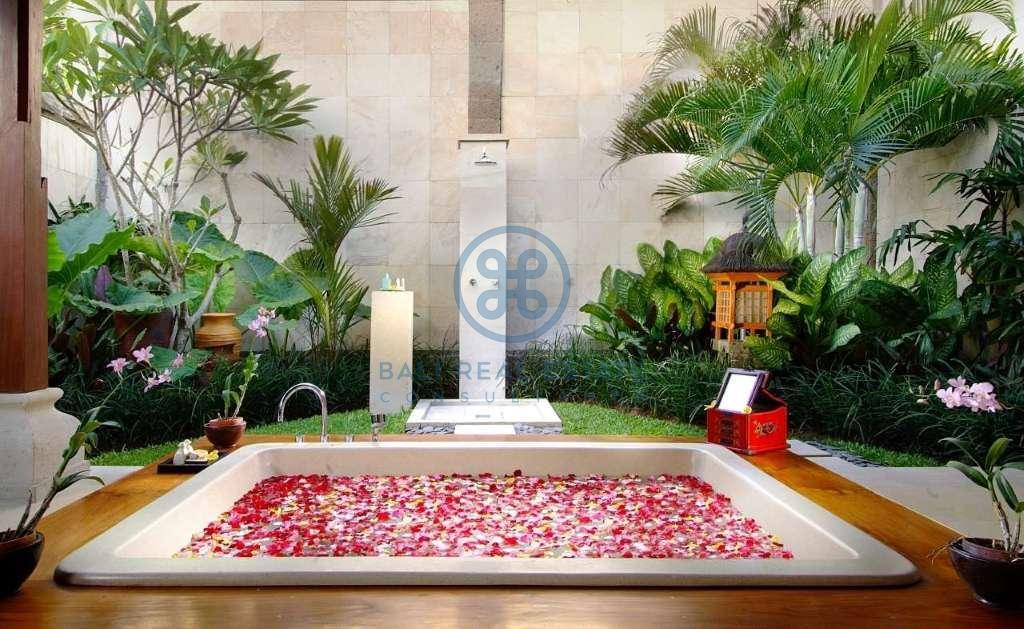 4 bedrooms villa beach front cemagi for sale rent 18