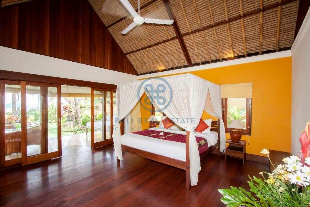4 bedrooms villa beach front cemagi for sale rent 4