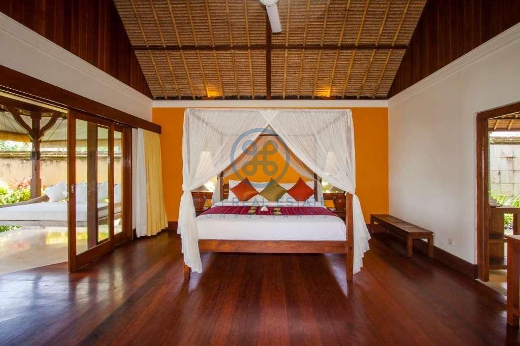 4 bedrooms villa beach front cemagi for sale rent 5