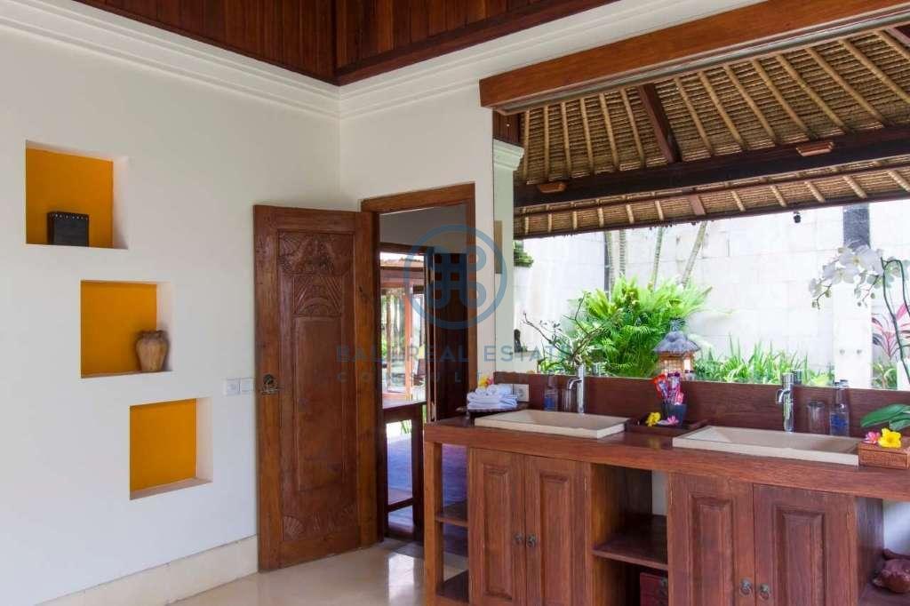 4 bedrooms villa beach front cemagi for sale rent 8