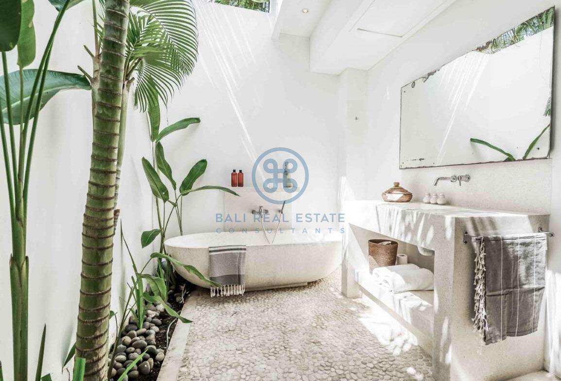 5 bedrooms villa beachfront tabanan for sale rent 1