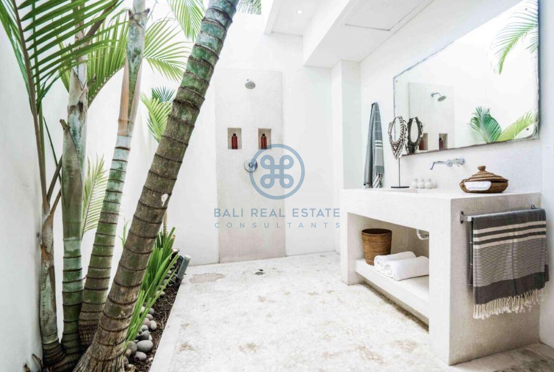 5 bedrooms villa beachfront tabanan for sale rent 3