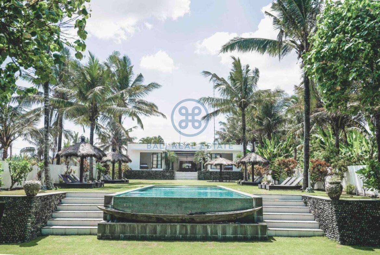 5 bedrooms villa beachfront tabanan for sale rent 42