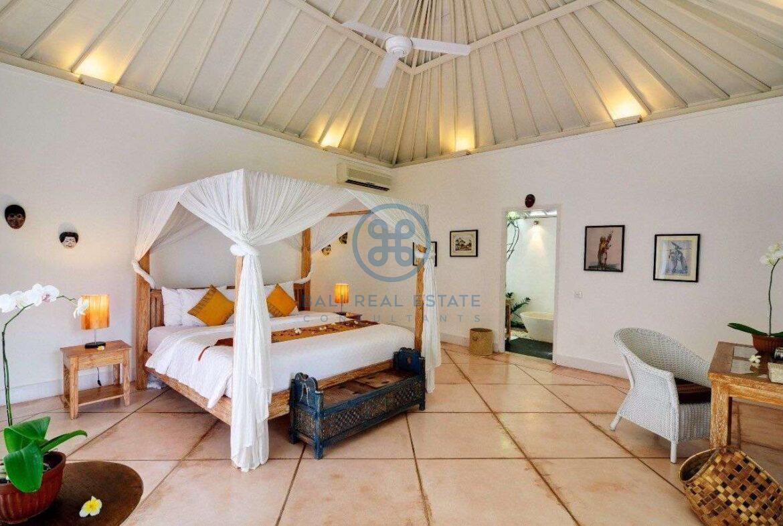 5 bedrooms villa garden view petitenget seminyak for sale rent 10 scaled